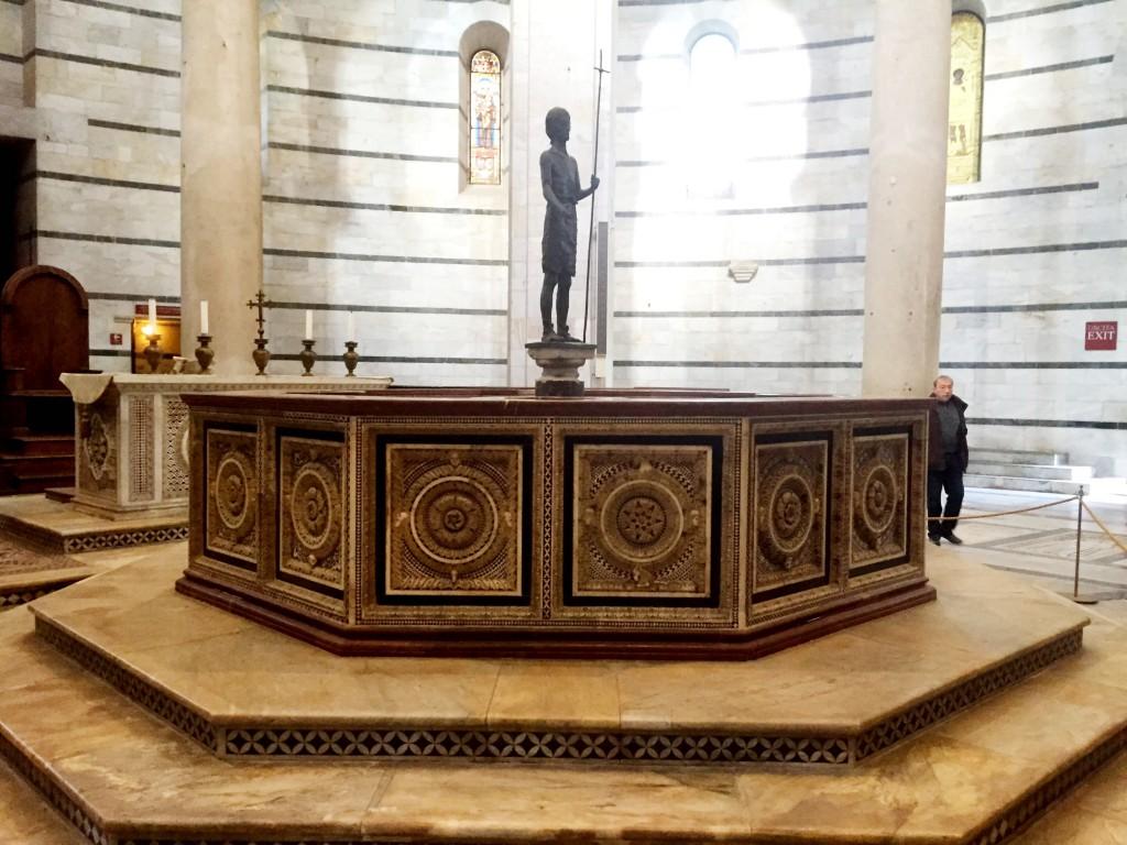Åttakantig dopgrav från 1200-talet finns i baptisteriet.