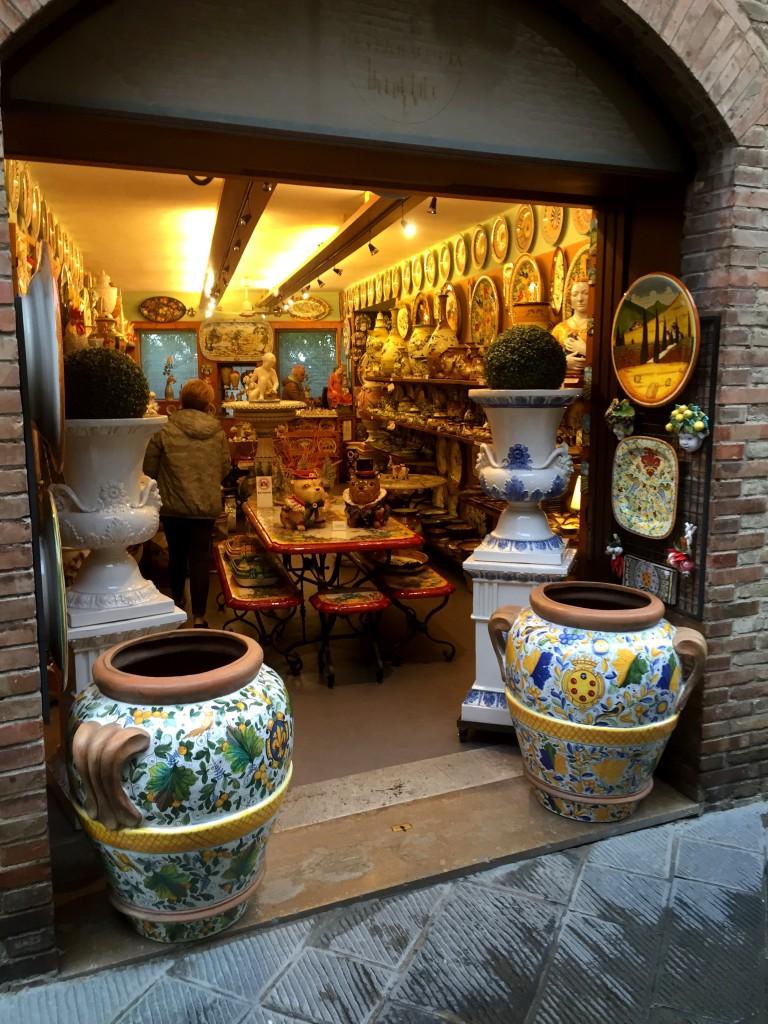 Det finns många butiker, med bland annat keramik.
