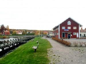 Fint läge vid Göta kanal, med café och servicehus i samma byggnad.