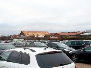 Det var mycket folk på parkeringen.