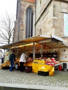 Marmelad-och lemonadförsäljning vid kyrkan.
