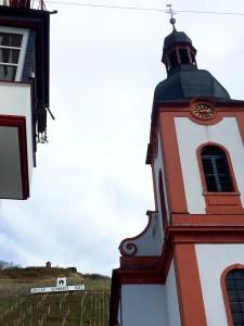 Här påminns man överallt om byns stolthet: vinet Schwarze Katze.