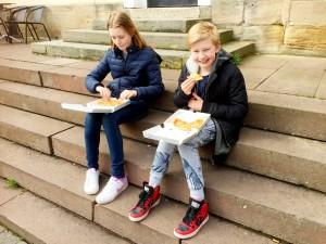 Plötsligt blev barnen hungriga igen och köpte varsin liten pizza.