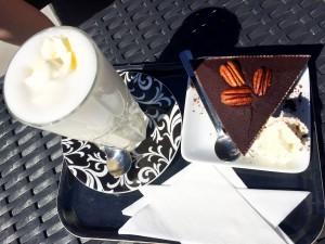 Varm vit choklad och jättebrownie till sonen.