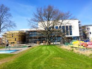 Här bygger de ny högstadieskola med bibliotek, kulturhus och teater/bio med plats för 600 personer enligt en förbipasserande ortsbo.