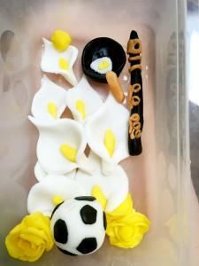 Fotboll, stekpanna med stekt ägg samt klarinetten måste vara med på tårtan.