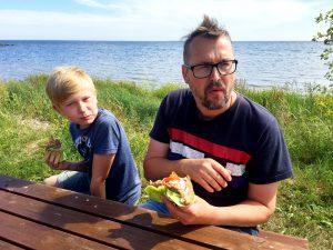 Att döma av Jörgens min på bilden smakade det inte så bra men det beror nog mer på lite vind och dålig tajming hos fotografen...