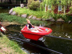Här åkte man båt baklänges uppför en hög ställning - och sen ner igen och rätt ut i vattnet!