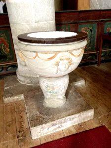 Här stod dopfunten som på medeltiden, dvs längst ner i kyrkorummet.