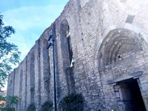 Sankta Karins ruin. Dock var alla ruiner abonnerade på grund av Almedalsveckan.