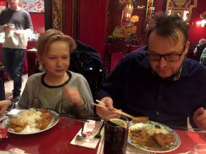 Far och son lät sig väl smaka.