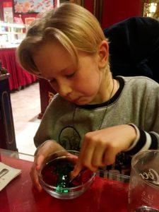 Erik åt hiskeliga mängder röd och grön jello efter en stor portion mat och en tallrik thaisoppa.