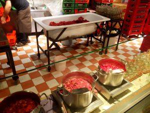 Här tillagas jordgubbssylt, marmelader och annat i mängder.