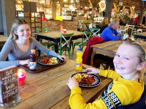 Barnen såg glada ut - tills de började äta!