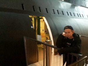 Erik på väg in i ubåten.